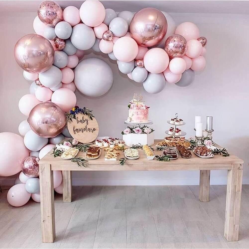 09a3ea14b delicada decoração com bexigas em tons de rosa e prata Foto Pinterest