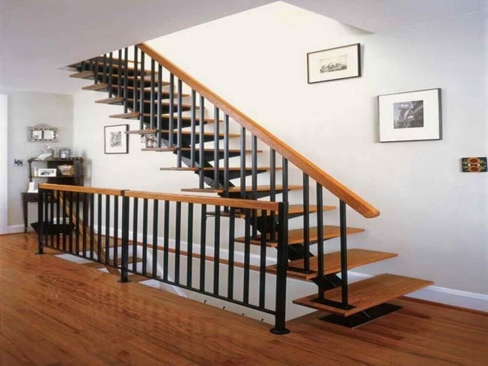 design moderno de escada de madeira com guarda corpo de ferro preto e corrimão de madeira Foto Mathewmitchell Inspirations