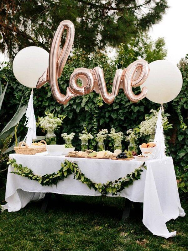 Utilize balões metálicos na decoração de noivado