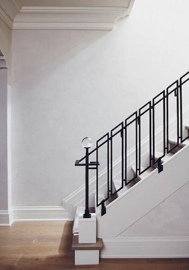 escada branca com guarda corpo de ferro preto Foto Pinterest