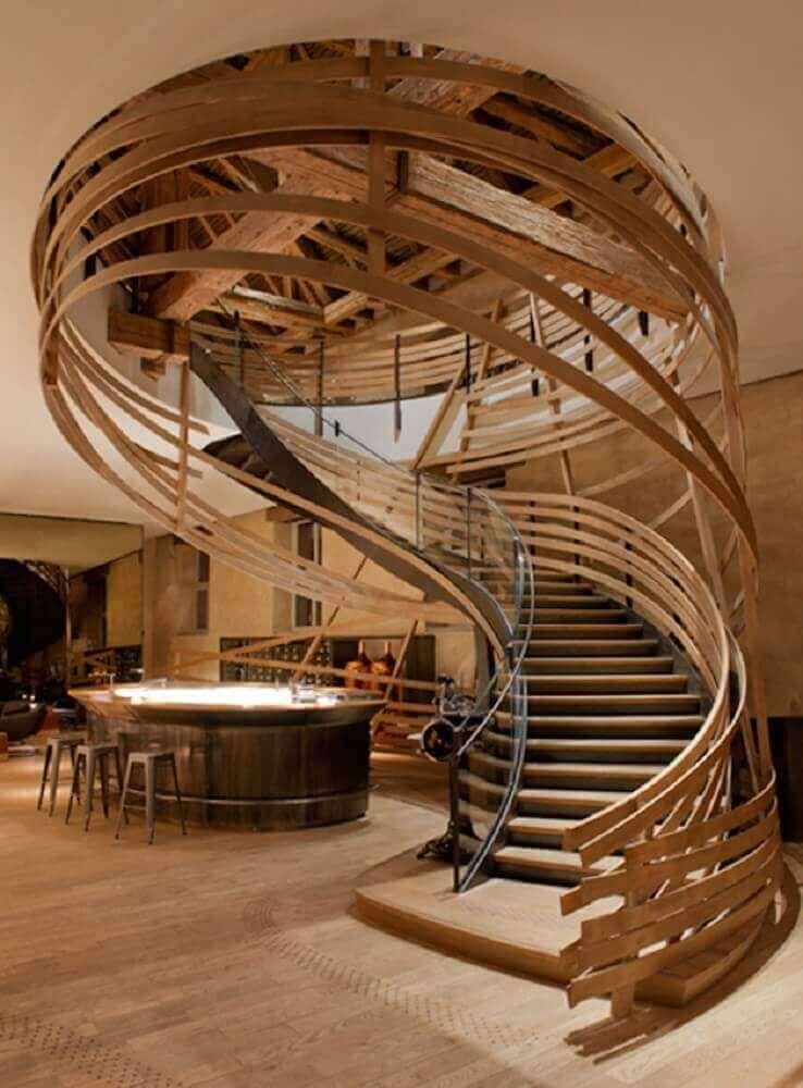 escada caracol de madeira diferente com guarda corpo de madeira Foto Pinterest