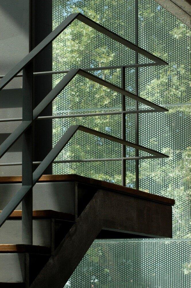 escada com guarda corpo de alumínio preto Foto ArchDaily
