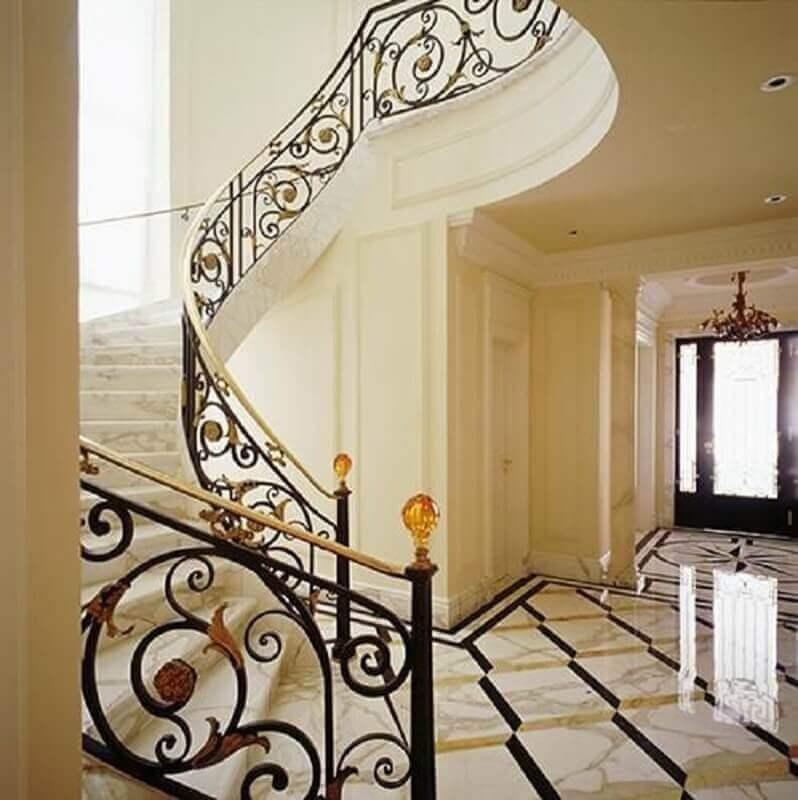 escada de mármore com guarda corpo de ferro com estilo clássico Foto Oscar Mikail