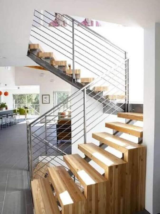 escada de madeira com guarda corpo de alumínio Foto Roofing Brooklyn