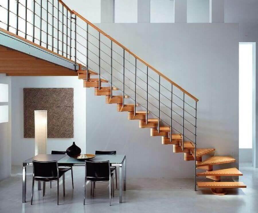 escada de madeira com guarda corpo de ferro e corrimão de madeira Foto Wykończenie wnętrza domu