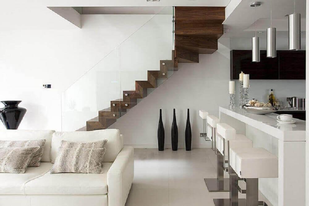 escada de madeira com guarda corpo de vidro para sala com decoração toda branca e moderna Foto Elite Metalcraft