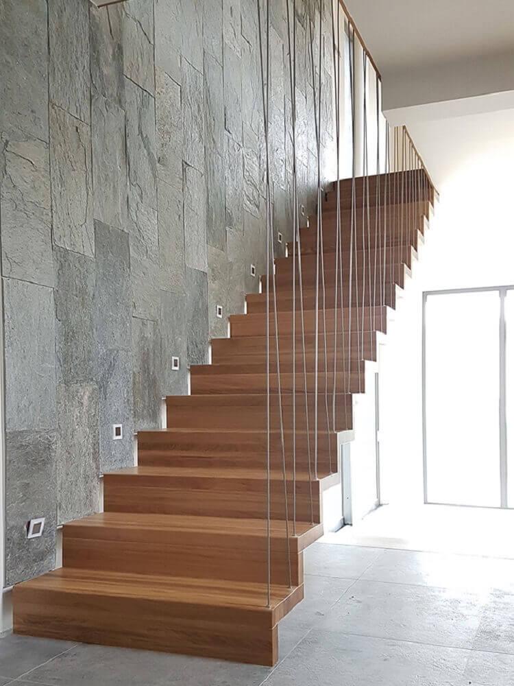 escada de madeira com guarda corpo feito com cabos de aço Foto Timber Schody