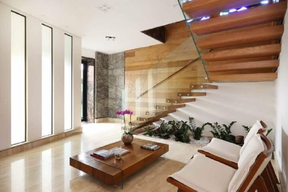 escada de madeira com jardim de inverno embaixo e guarda corpo de vidro Foto Studio BR