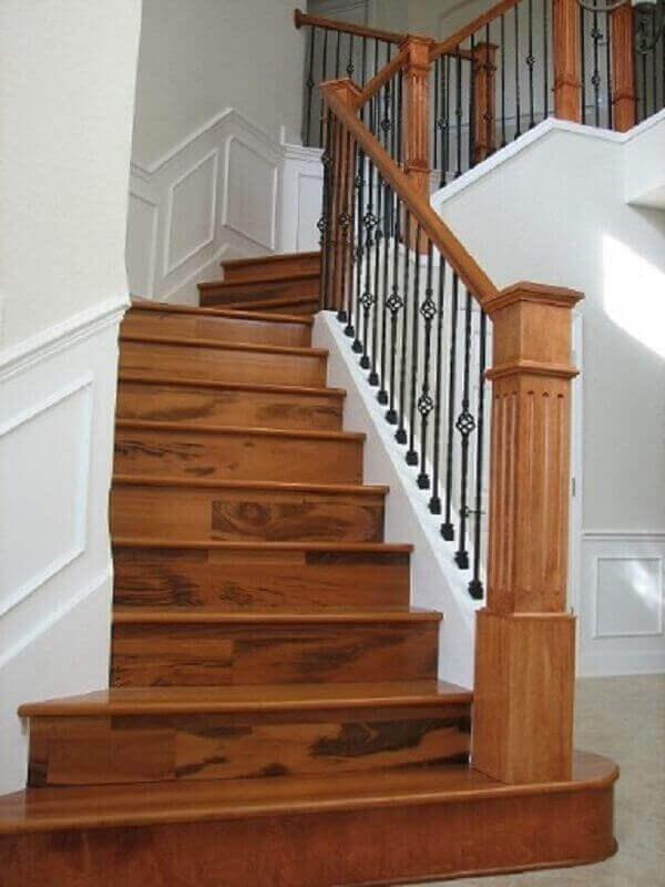 escada de madeira com modelo clássico de guarda corpo de ferro e corrimão de madeira Foto Pinterest