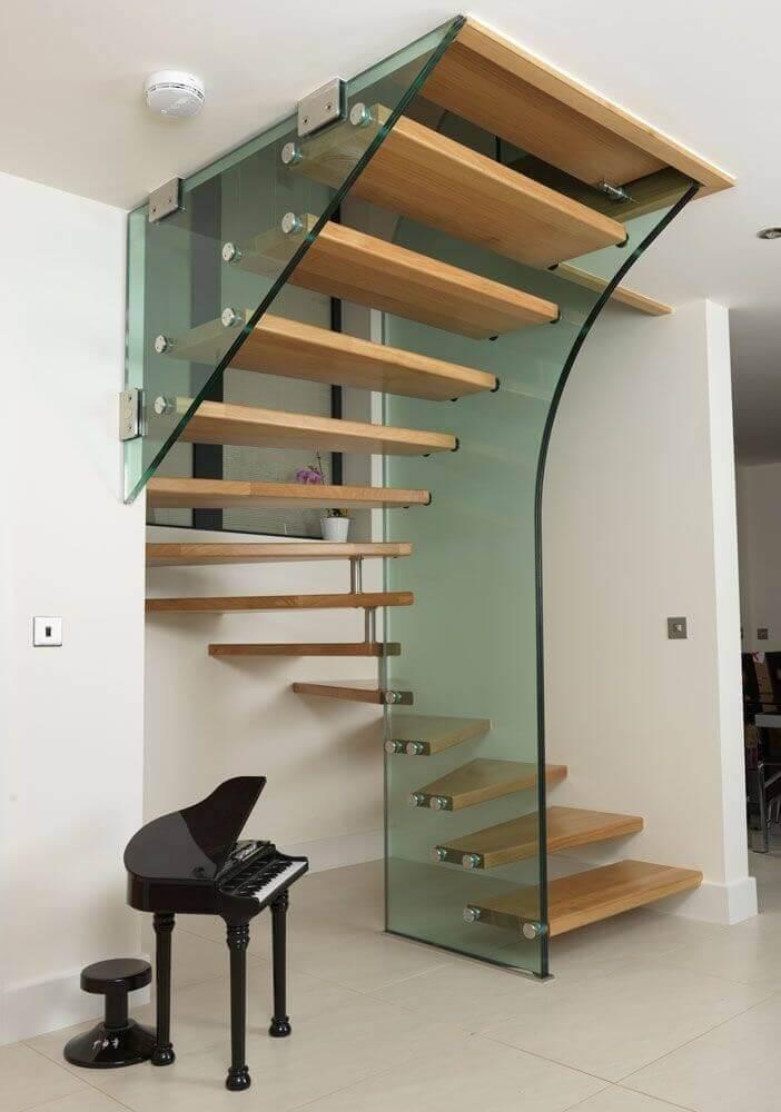 escada de madeira com modelo diferente de guarda corpo de vidro Foto Pinterest