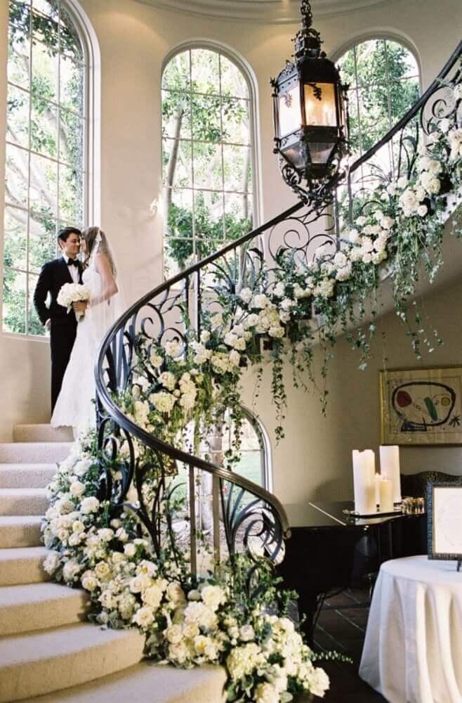 escada decorada com arranjo de flores para casamento em casa Foto My Inner Fabulous