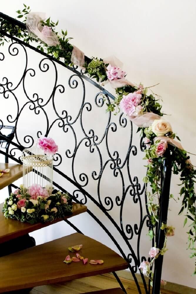 escada decorada para casamento em casa com flores Foto The English Wedding Blog
