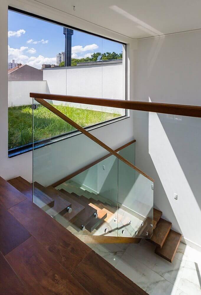 escada e corrimão de madeira com guarda corpo de vidro Foto Oficina Conceito Arquitetura