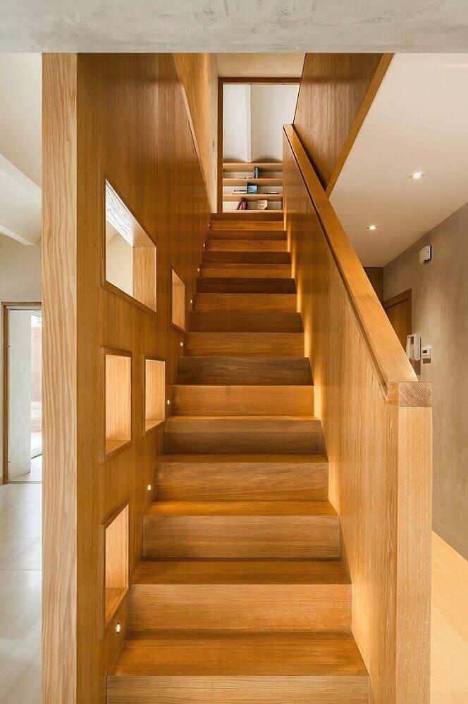 escada e guarda corpo de madeira com iluminação embutida próximo aos degraus Foto HomeAdore