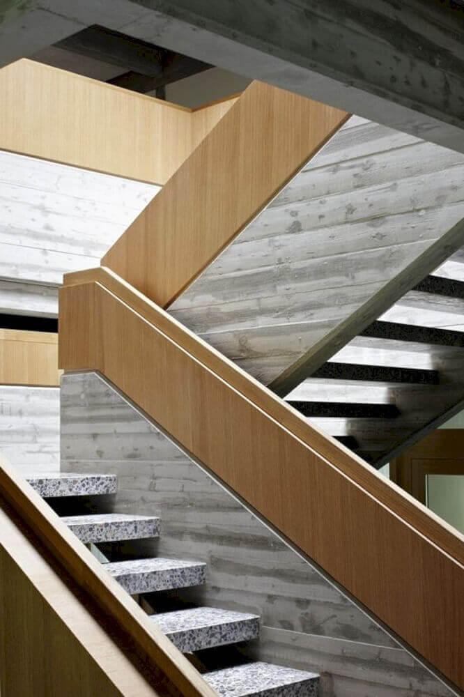 escada moderna com guarda corpo de madeira Foto Futurist Architecture