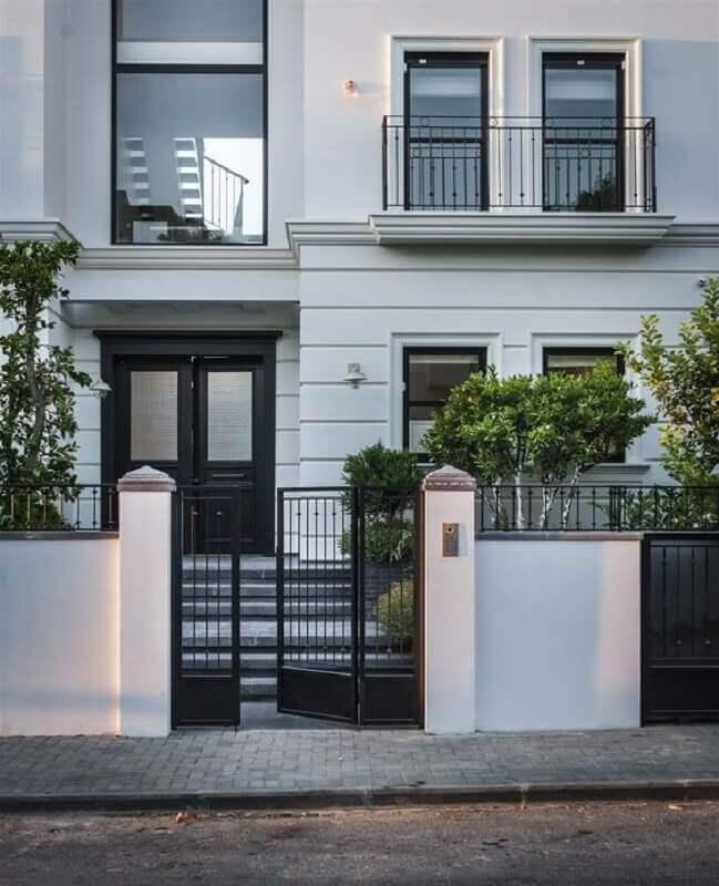fachada de casa com guarda corpo para varanda combinando com o portão  Foto Home Fashion Trend