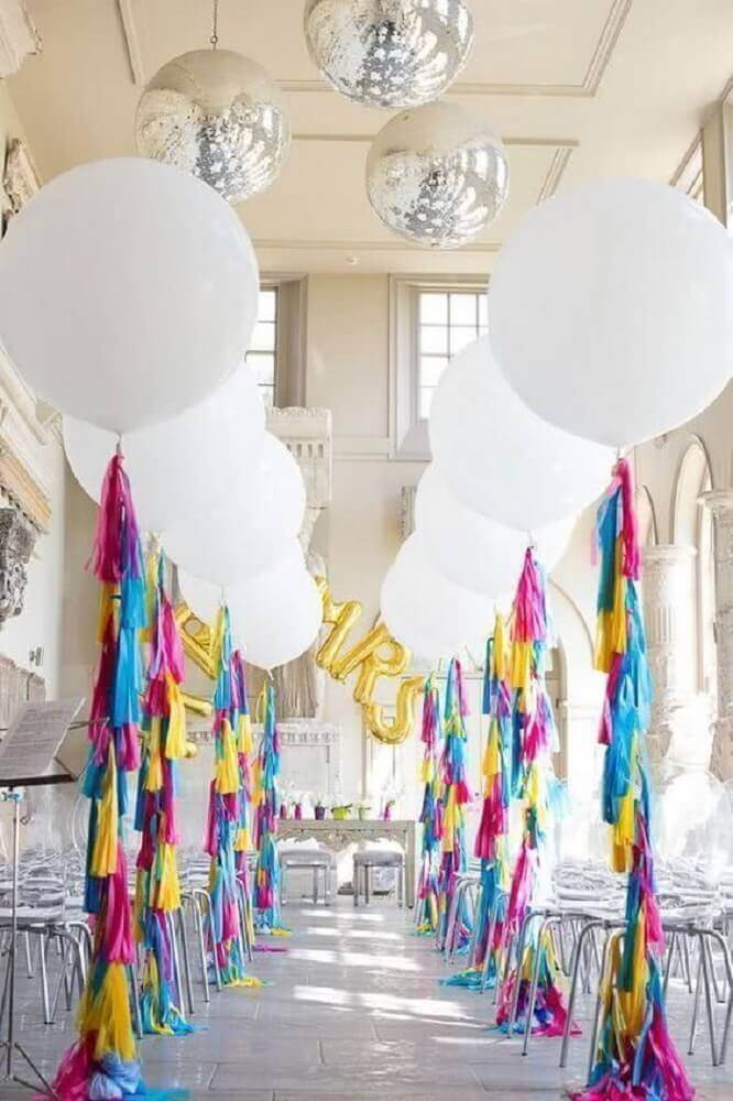 party with white balloon decoration Foto Brit + Co
