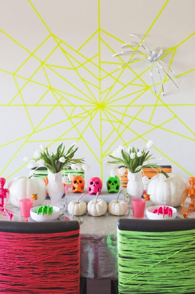 festa de Halloween decorada com detalhes neon Foto Brit + Co