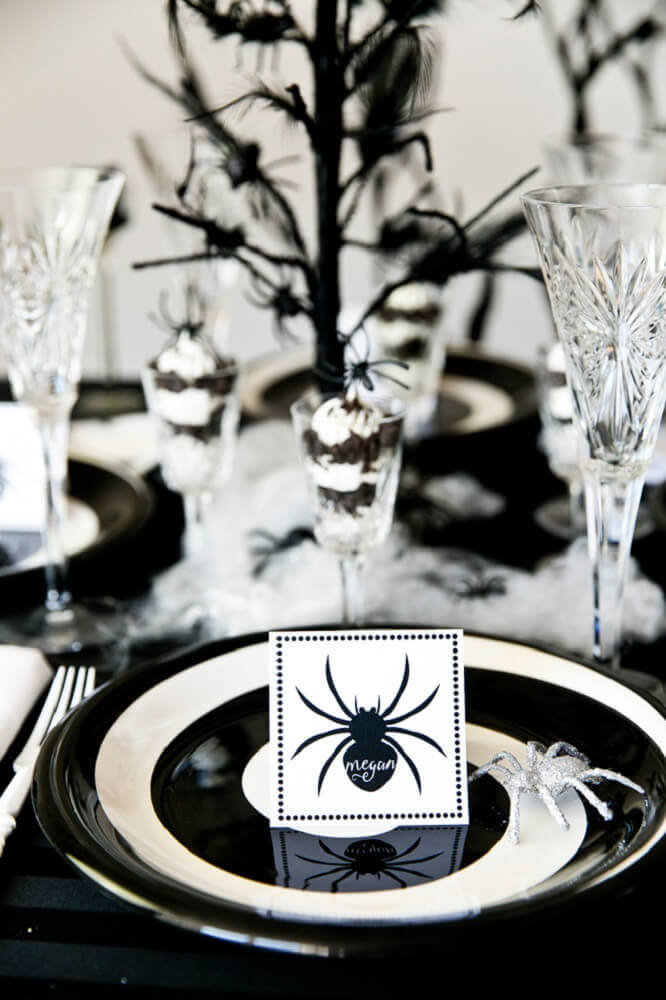 black and white halloween party decorated with plastic spiders Foto Pinterest
