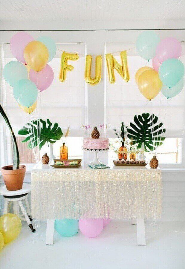 tropical party decorated with simple bladders and balloons in the shape of letters Foto Pinterest