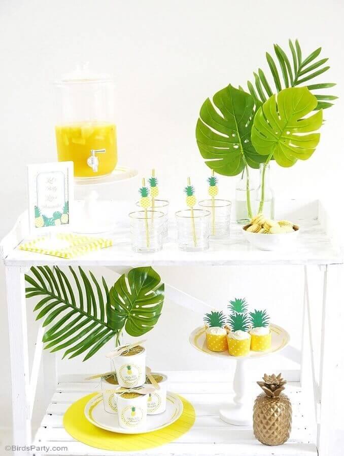 festa tropical decorada com folhagens e estampa de abacaxi Foto Pinterest