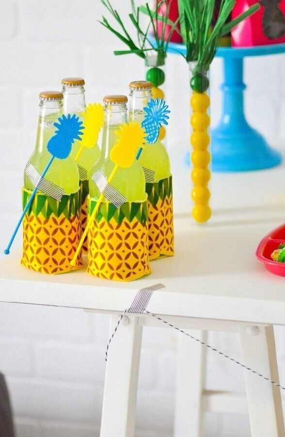 festa tropical decorada com garrafinhas com estampa de abacaxi Foto Webcomunica