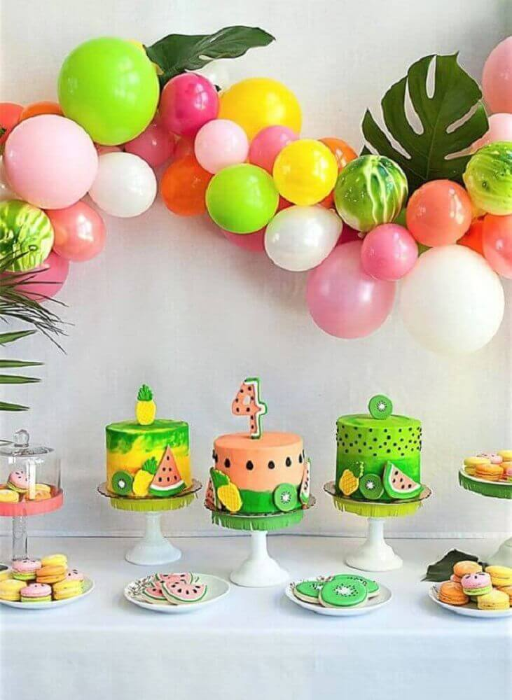 tropical party decorated with panel of colorful balloons foliage and different cakes Foto Pinterest