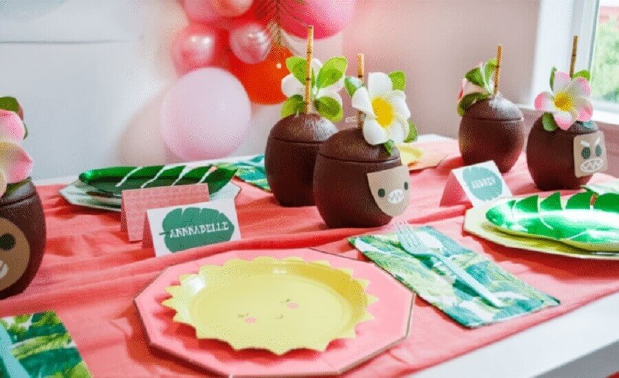 festa tropical infantil com copos em formato de coco Foto Project Nursery