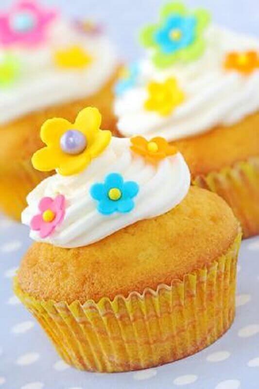 festa tropical simples com cupcake decorado com pequenas flores Foto 123RF