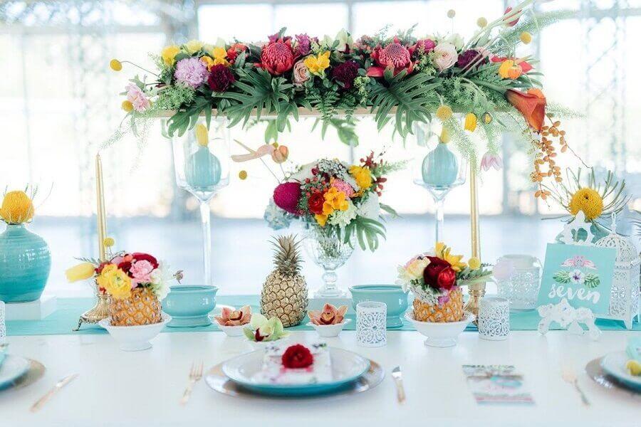 festa tropical simples decorada com arranjos de flores e abacaxi Foto Pinterest
