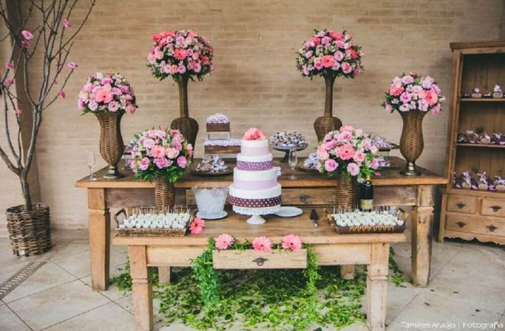 grandes arranjos de flores e móveis rústicos para casamento em casa Foto Verbo Casar
