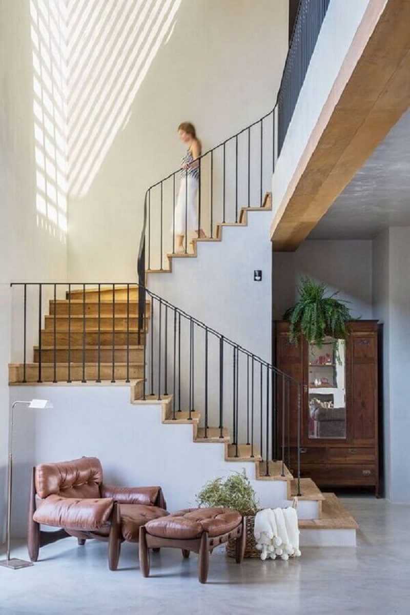 guarda corpo de ferro para escada com degraus de madeira  Foto Casa de Valentina