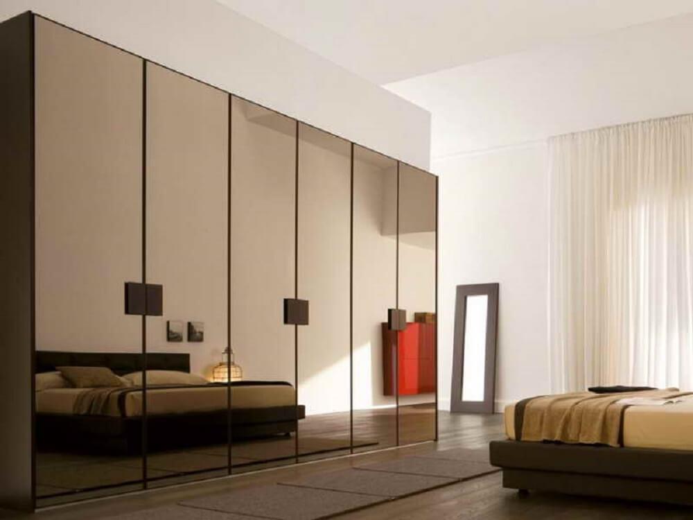 guarda roupa espelho bronze para quarto amplo Foto David Lang
