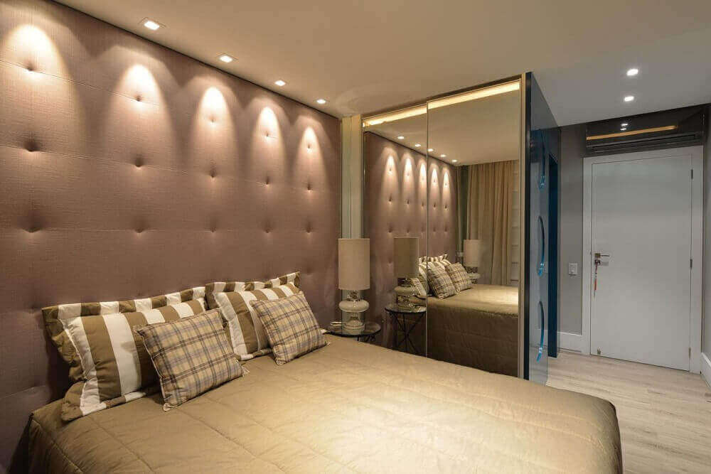 guarda roupa espelho bronze para quarto de casal decorado com tons neutros Foto Viva Decora