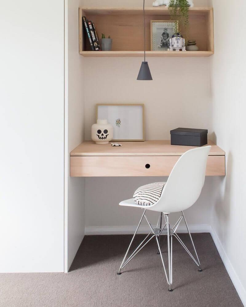 home office pequeno decorado com nicho e bancada de madeira e cadeira moderna Foto Apsip