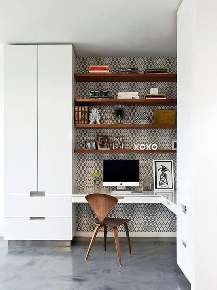 home office pequeno decorado com papel de parede e cadeira moderna de madeira Foto Next Luxury
