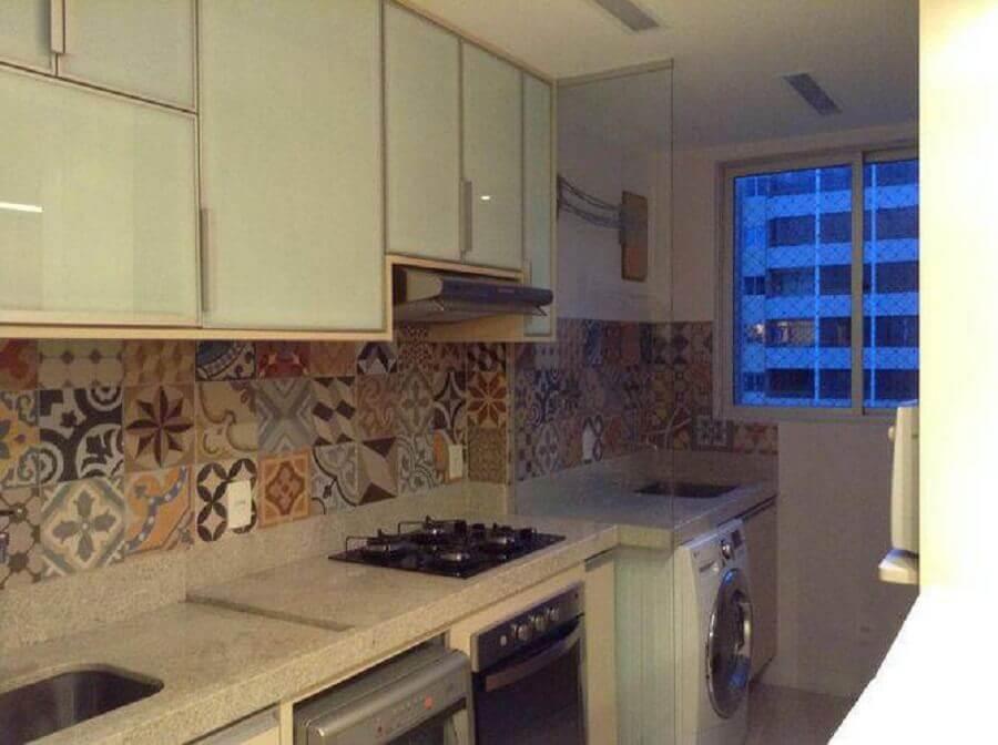 ladrilho hidráulico para cozinha integrada com lavanderia pequena Foto Beyato