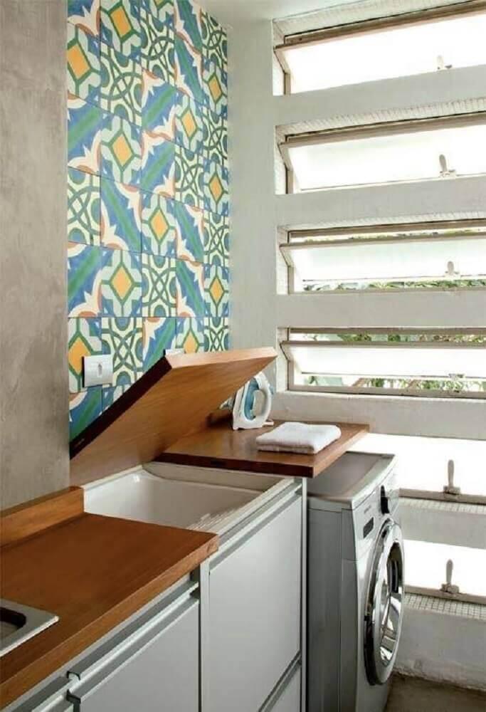 ladrilho hidráulico para lavanderia pequena com bancada de madeira Foto NaiBann