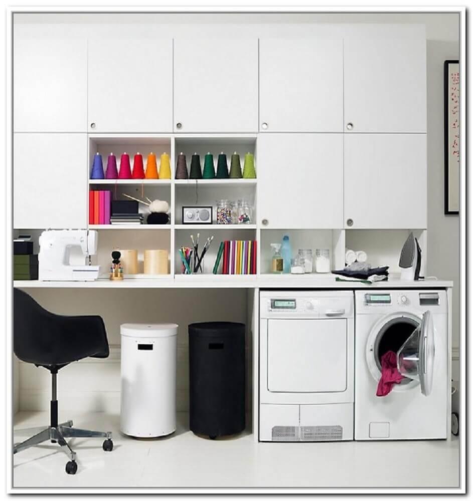 lavandeira planejada com armários brancos Foto Home Design Ideas