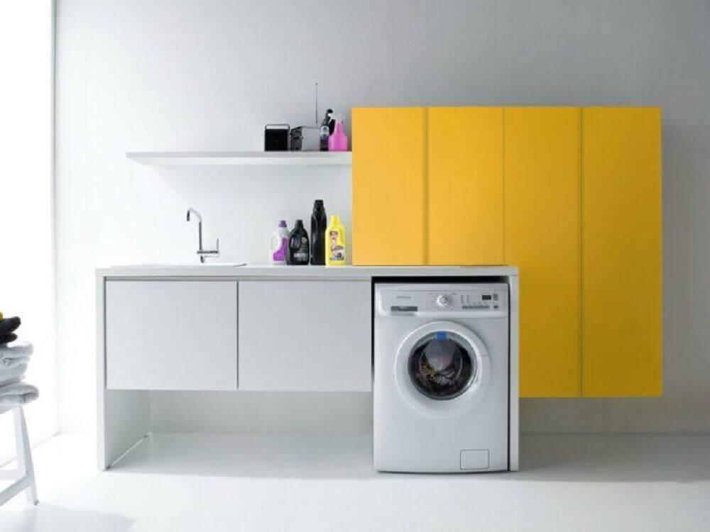 lavanderia decorada com armário amarelo e cinza Foto Archi Products