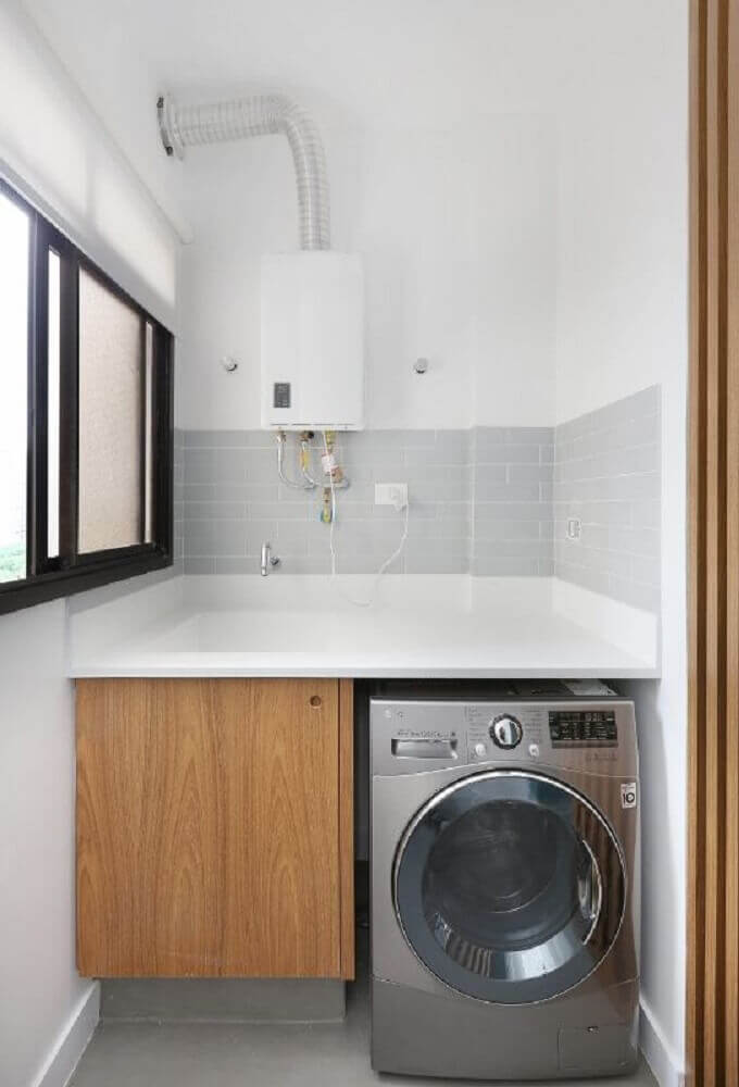 lavanderia pequena com armário de madeira e revestimento cinza para pia Foto ACF Arquitetura