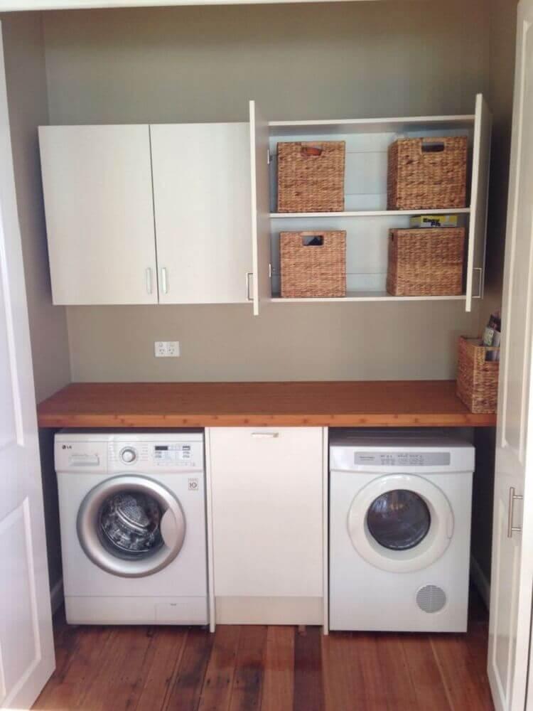 lavanderia pequena com bancada de madeira e armário aéreo Foto Dinner Table Arrangement Ideas