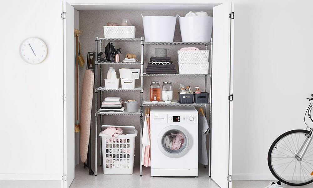 lavanderia pequena com porta camarão e armário de alumínio Foto House of Home