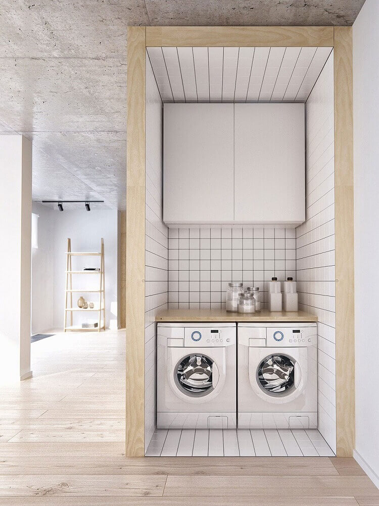 lavanderia pequena planejada com bancada de madeira e armário aéreo branco Foto Pinterest