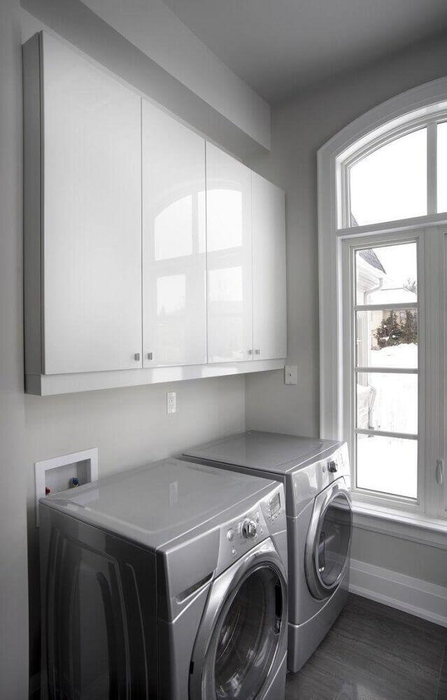 lavanderia planejada com armário aéreo Foto Istock