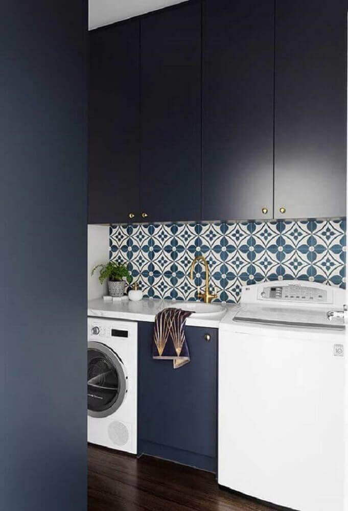 lavanderia planejada com armário azul marinho e azulejo hidráulico Foto Pinterest