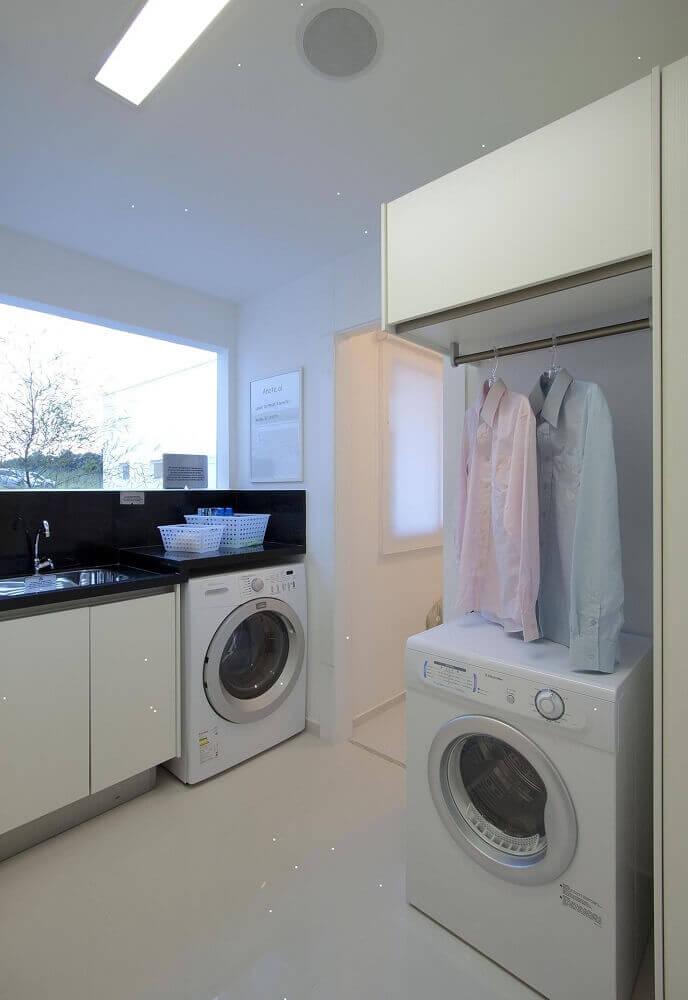 lavanderia planejada com armários brancos e bancada preta Foto Ornare