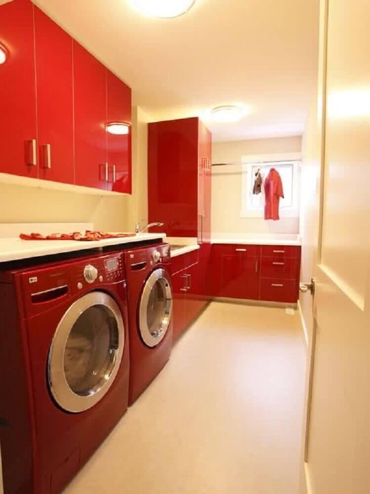lavanderia planejada com armários vermelhos Foto Zahradní Nábytek