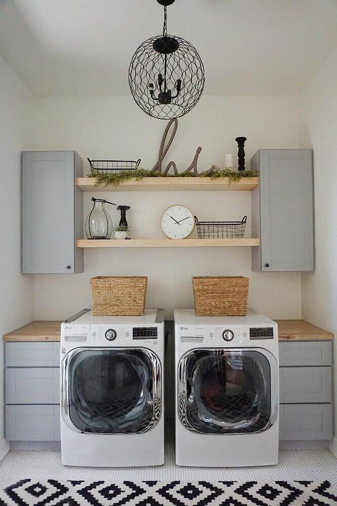 lavanderia planejada com bancada de madeira armários cinza e tapete preto e branco Foto Home BNC