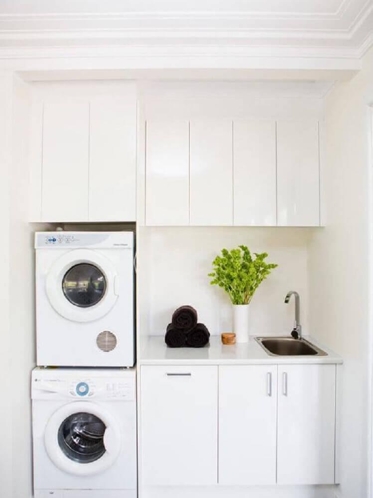 lavanderia planejada pequena com armários brancos Foto Pinterest